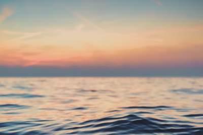 kalme zee en horizon bij ondergaande zon